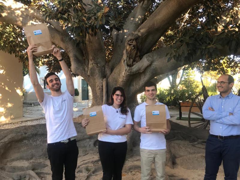 Andrés Torrubia entrega al equipo ganador Lemon Team el premio Hash Code Google Torre Juana OST 2019